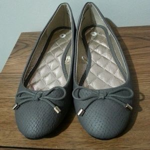 NWOT gray flats with bows. Size 6